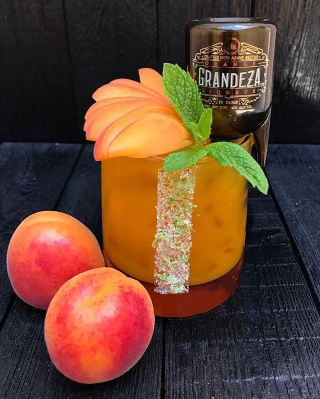 Apricot Cadillac Margarita🍑👌🏼 Ingredients: * 1 1/2 Reposado Tequila * 1 mini bottle 50 ml @grandezaliqueur Orange Liqueur * 1/2 oz Fresh Lime Juice * 2 oz Apricot Juice * 2 oz Apricot Purée * Garnish: Apricot, Mint and mini bottle of @grandezaliqueur Orange Liqueur 📸: @puro_chukii