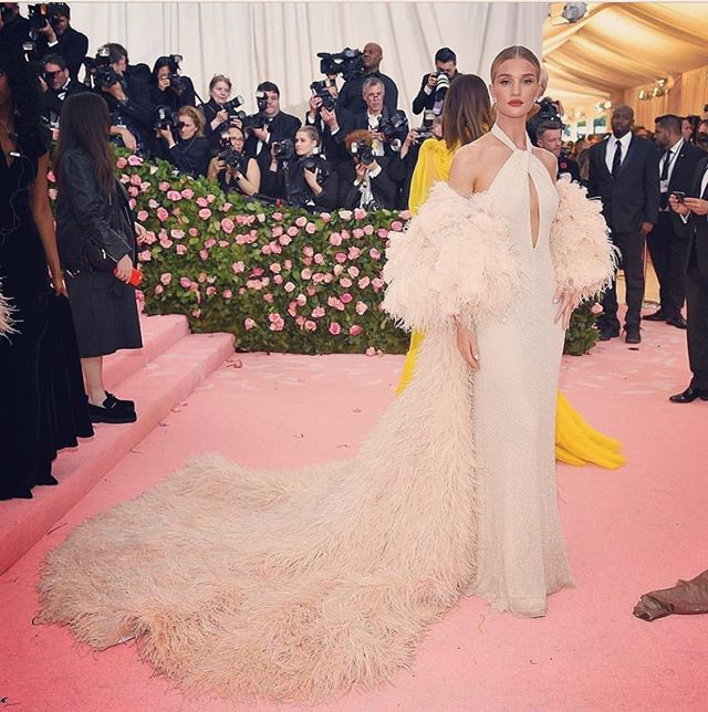 Our fave at this years #metgala @rosiehw in @oscardelarenta 💫  #classicbeauty #gown #camp #newyork #pinkcarpet #feathers #oscardelarentabridal