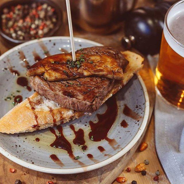 Uno de los favoritos que no podéis dejar de probar si venís a Bilbao Berria 😋 Pintxo de solomillo de ternera con foie y reducción de oporto. ¿No creéis que es la combinación perfecta? 🍽 * * #BilbaoBerria #GrupoBilbaoBerria #Barcelona #Bilbao #Restaurantes #BarcelonaRestaurants #RestaurantesBCN #BilbaoRestaurantes #Pintxos #Solomillo #Ternera #Foie #Oporto #Gastronomía #Food #FoodLovers #ExperienciasGastronómicas