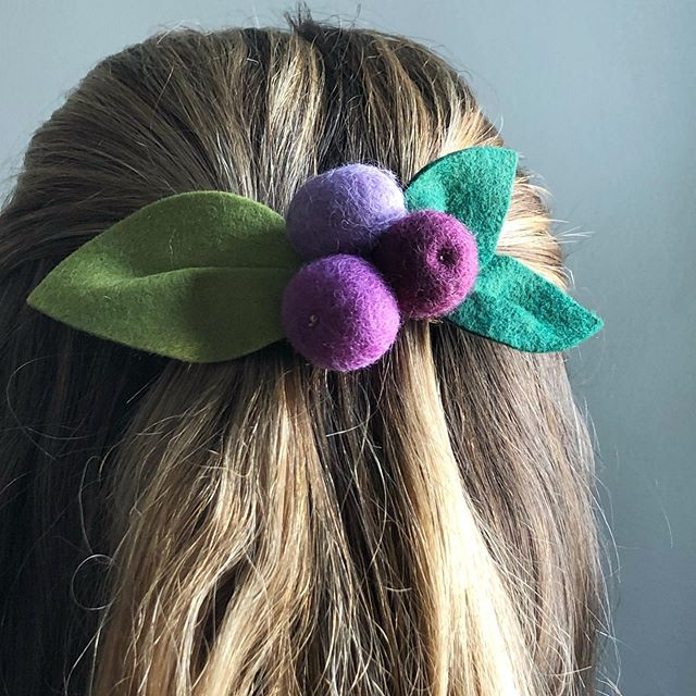 I've been experimenting with ways to bring needle felting into my felt flower arrangements. I turned some extra felt balls into this little berry barrette. 🌸🌿 . . . #feltflowers #fauxflowers #feltflorist #needlefelting #flowercrown #flowergirlgift #flowerhairpiece #feltflower #felted