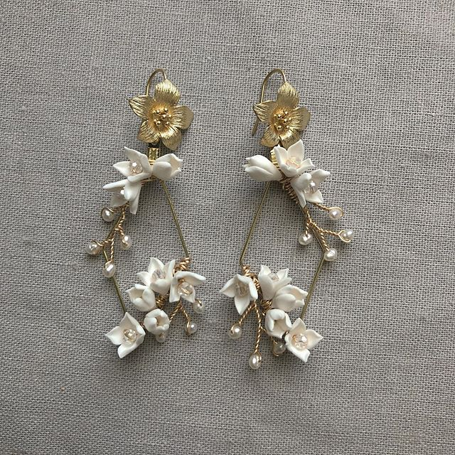 The new ESTELLA earrings are fully of contrasts - soft florals against stark geometry. And I'm in love with the result! . . . #bridalearrings #weddingjewelry #weddingaccessories #statementearrings #flowerearrings #bridesmaidgifts #bridalstyle