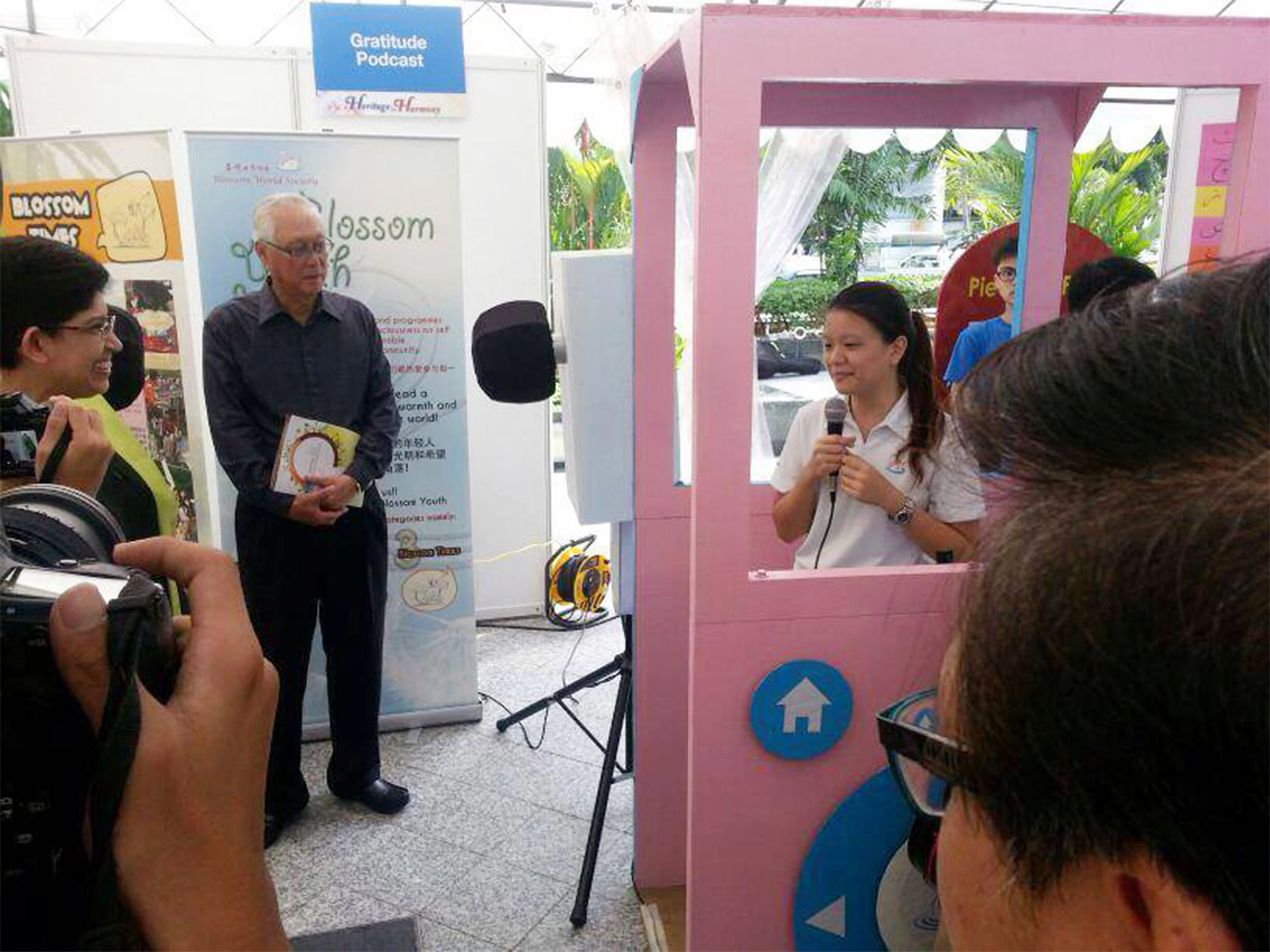 Our youth volunteer, Yan Xin, expressing her heartfelt gratitude to Mr Goh Chok Tong for his contribution to Singapore!