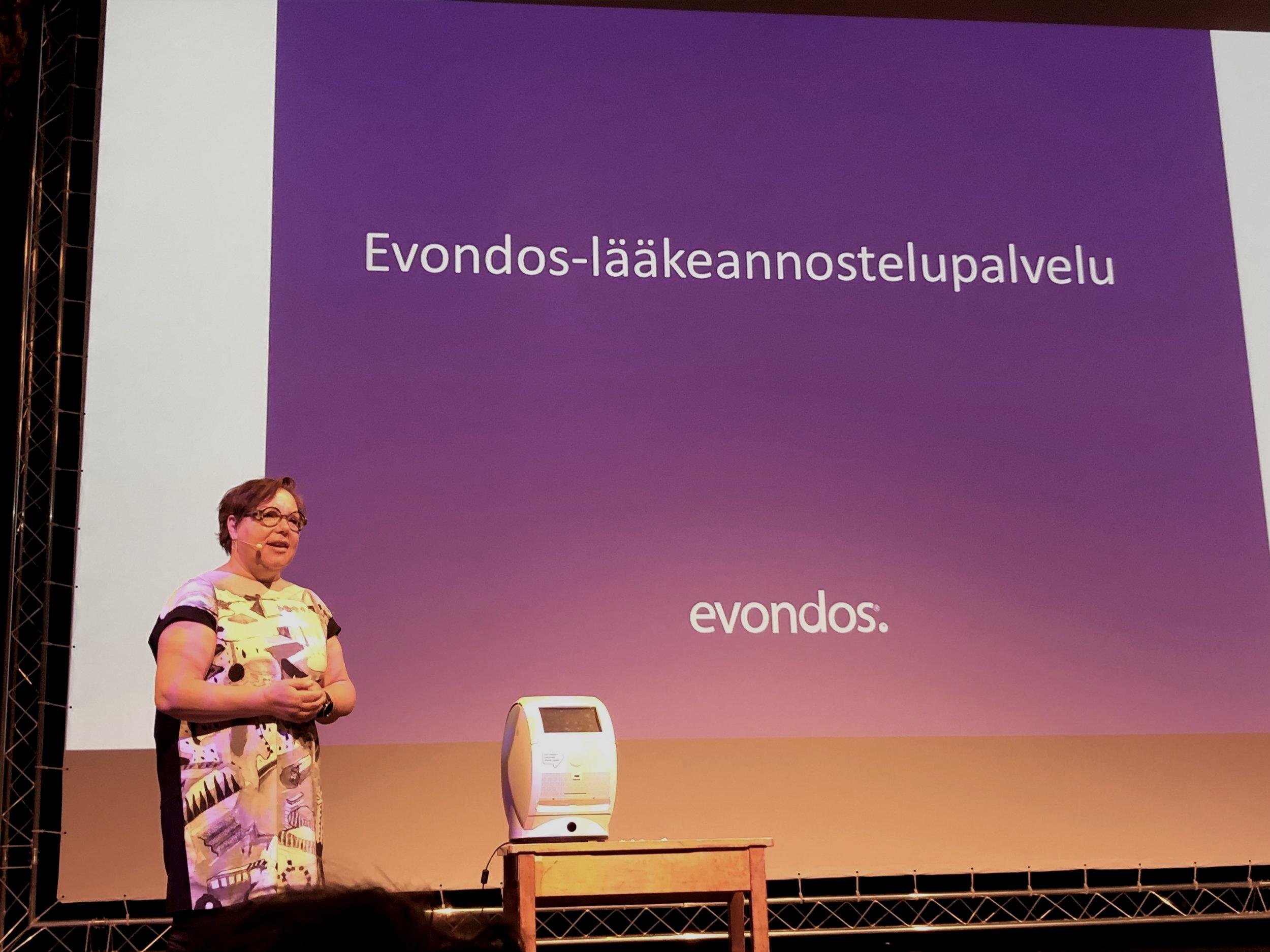 Hyvinvointiteknologian tuotteet esillä TERVE-SOS -tapahtumassa Oulussa. Kuvassa Evondoksen Leena Manner.