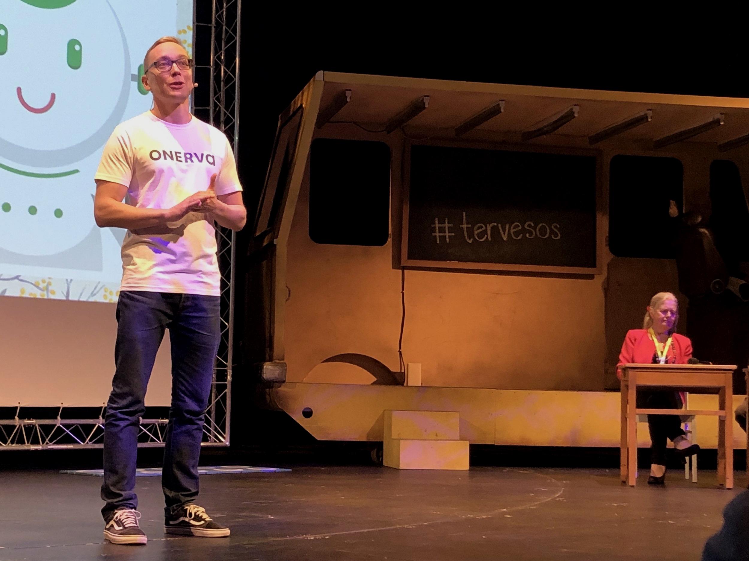 Hyvinvointiteknologian tuotteet esillä TERVE-SOS -tapahtumassa Oulussa. Kuvassa Onervabotin esitystä kuuntelee TERVE-SOS-tapahtuman äiti Vappu Taipale.
