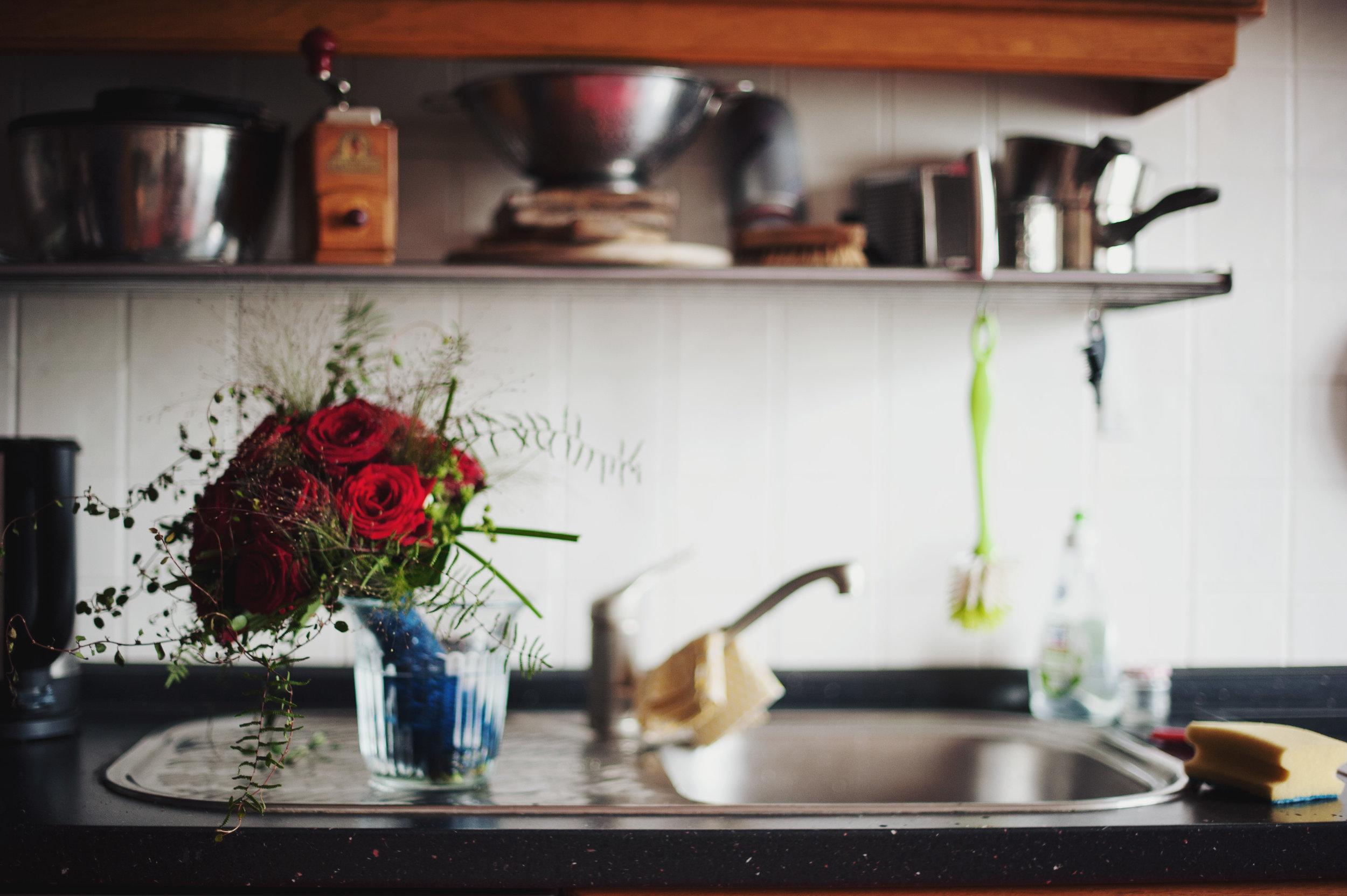 hochzeit-brautstrauß-küche-wasser.jpg