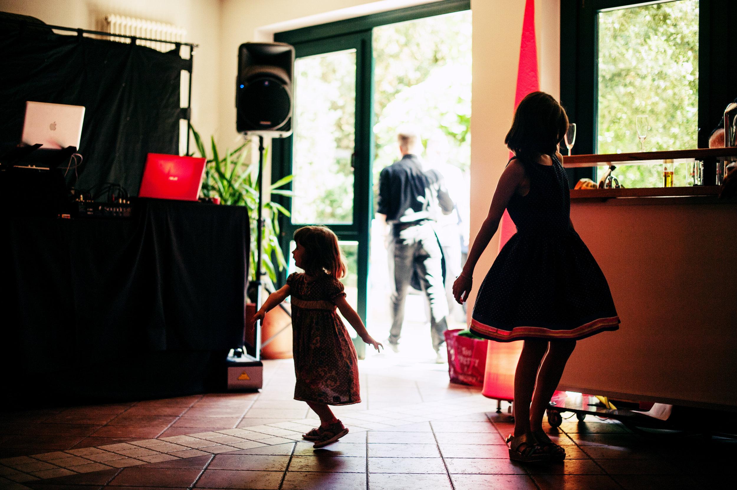 hochzeit-kinder-tanzen-schatten-2.jpg