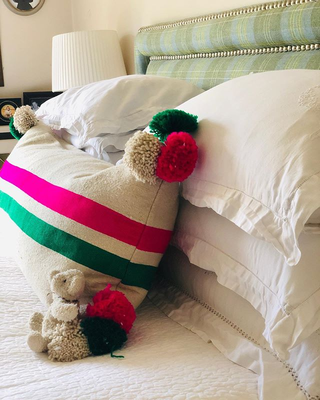 💓💚Less is more....the new bolster looking so good across a bed!! My collaboration with @annacoxcushions suits and sits happily and beautifully in many places! Swipe right to see! 4ft wide!! 💚💕 ORDER ONLINE WITH ANNA!! 💚💕 #limitededition #lessismore #bolstercushion #colourfulcushion #bedroomdecor #scattercushion #pinkandgreen #bebold #interiorinspo #bedlinen #whitelinen #teddybear #gardencushions #gardenbench