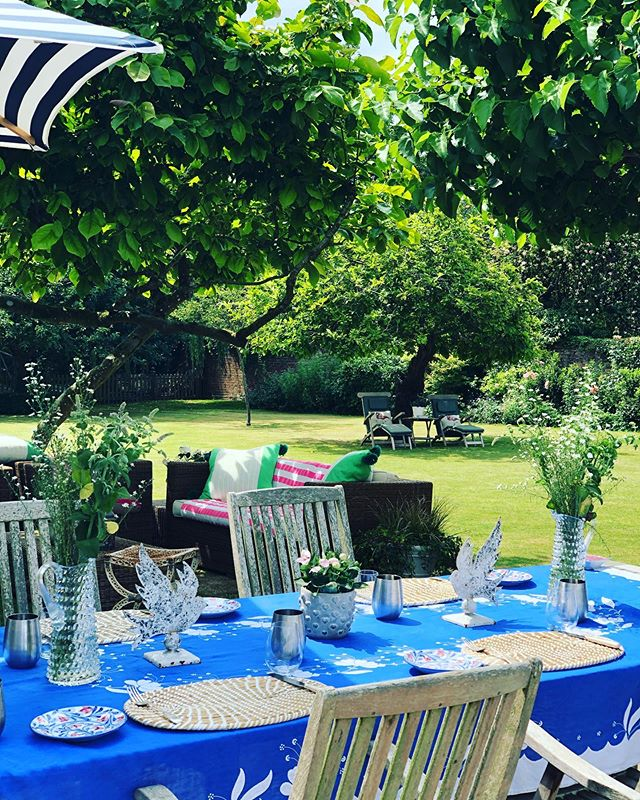 💙 🙏🏻Father and daughter teamwork!! 🙏🏻💙 Thank you darlings, it's brilliant, you're brilliant and now I'm (almost) in control!! #summerlunches #fatheranddaughter #alfresco #englishcountrygarden