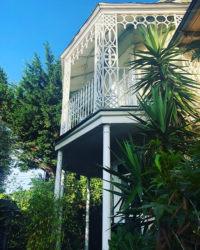Padding barefoot with coffee .... white painted, veranda, balcony, gently curved, floor to ceiling, sash windows! Irish Georgian grandeur of old....just, simply, wonderful. 🇮🇪 💚 A gem in the city, staying with friends! #slowmornings #irisharchitecture #georgianireland #veranda #balcony #coffee #barefoot