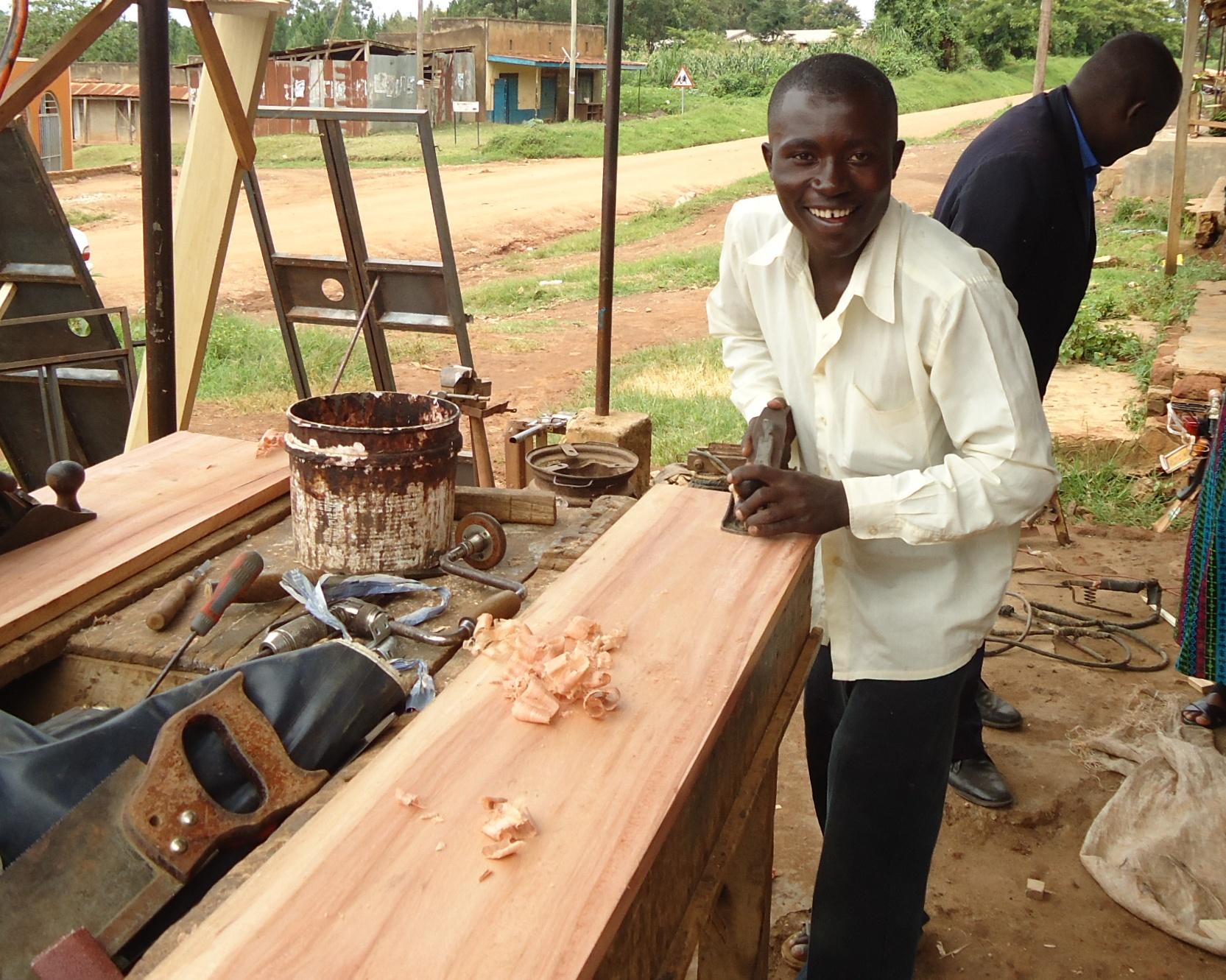 houtbewerking AYPAD Sierra Leone.jpg