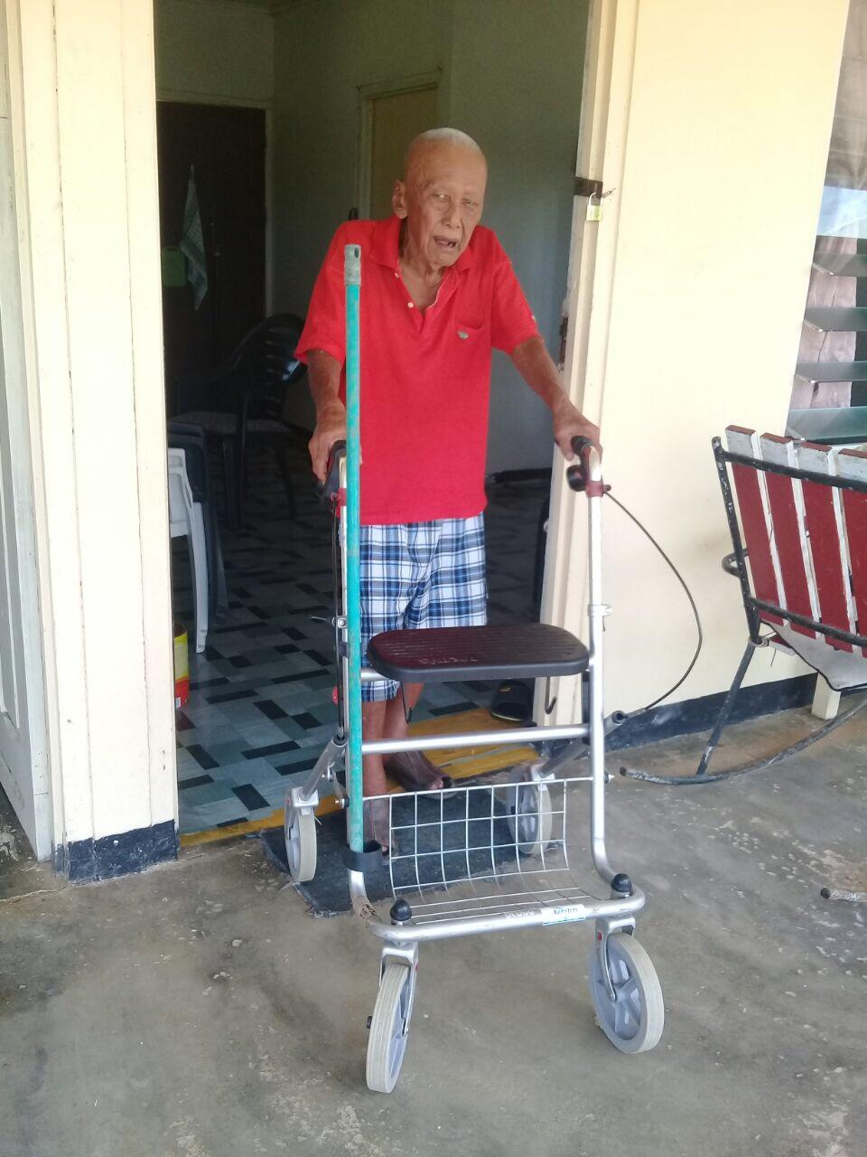 gebruikte rollator voor ouderen in Suriname.JPG