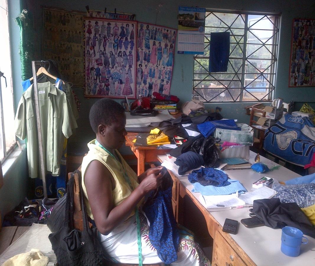 """de kleermakerswinkel van Clever Sikatuli's uit Malumbwe - """"Het Tools4Change programma door Alejo heeft me echt geholpen. Ik wilde graag een kleermakerswinkel starten. Maar in ons land is het bijna onmogelijk om goed en betaalbaar gereedschap te vinden. Via het programma heb ik in 2016 verschillende gereedschappen ontvangen, waaronder twee verschillende soorten naaimachines en borduurmachines. Daarnaast is het mogelijk dat ik nu een kleermakersschool draai. Ik heb nu acht leerlingen die elk 800 Kwacha (€68,-) betalen. Daarmee kan ik materialen aankopen en per maand 6000 Kwacha (ca. €500,-) winst halen. Ik hoop de aantallen te kunnen verhogen door meer gereedschappen van het programma te ontvangen."""""""