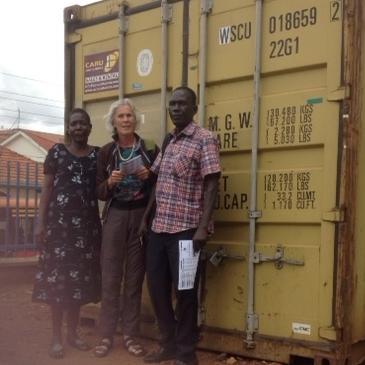 container arriveert in Uganda.JPG