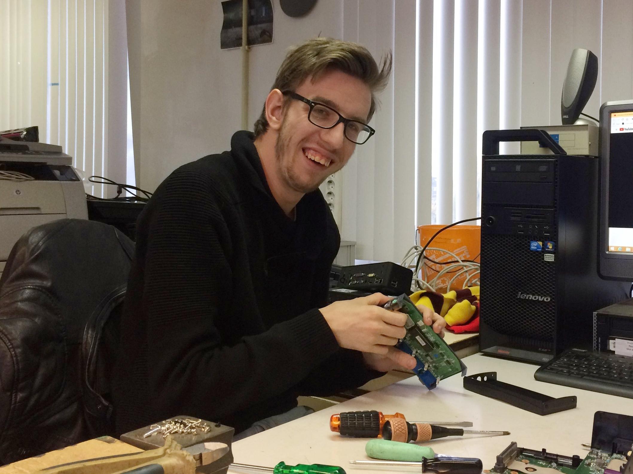 Martijn in de computerwerkplaats