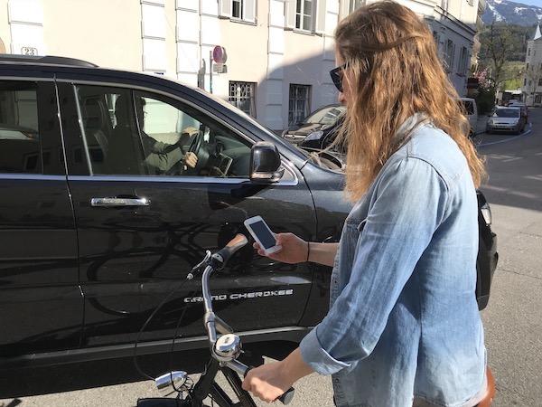 Dein Handy beim Radfahren zu benutzen ist nicht nur teuer sondern auch gefährlich.