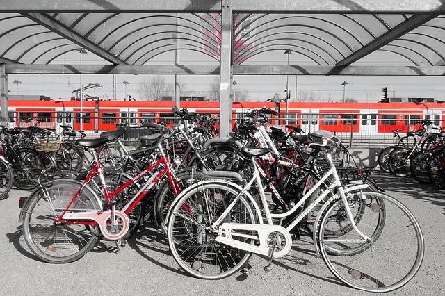 Parke dein Fahrrad am Bahnhof, wo viele Menschen und Sicherheitskameras sind.