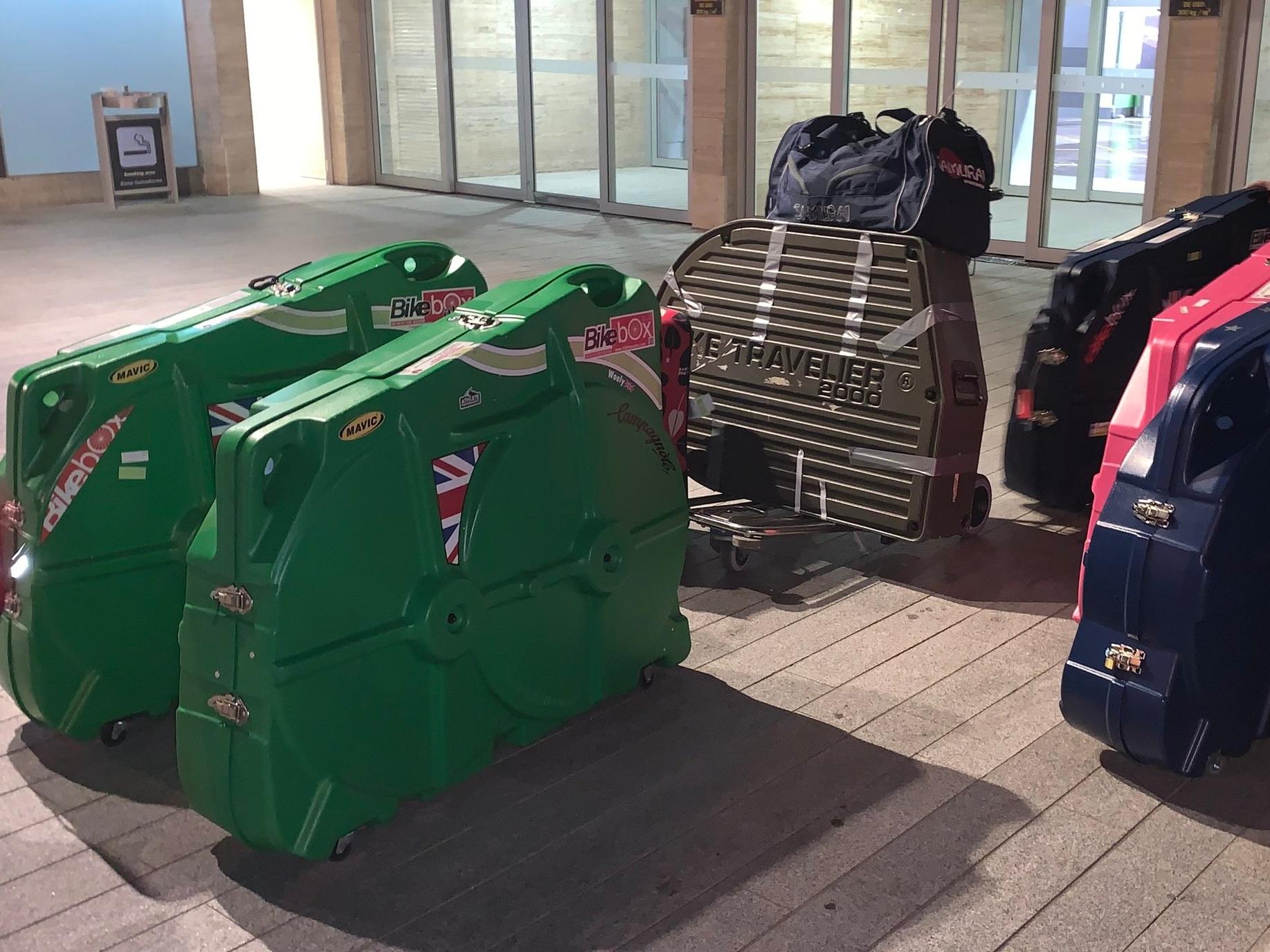 Radfahrer auf Reisen… Hier siehst du Fletch' Ausrüstung am Flughafen