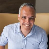 Ricardo Comissoli é pioneiro em coworking no Brasil, fundador do    Estúdio Capanema    e da    Reflow   .