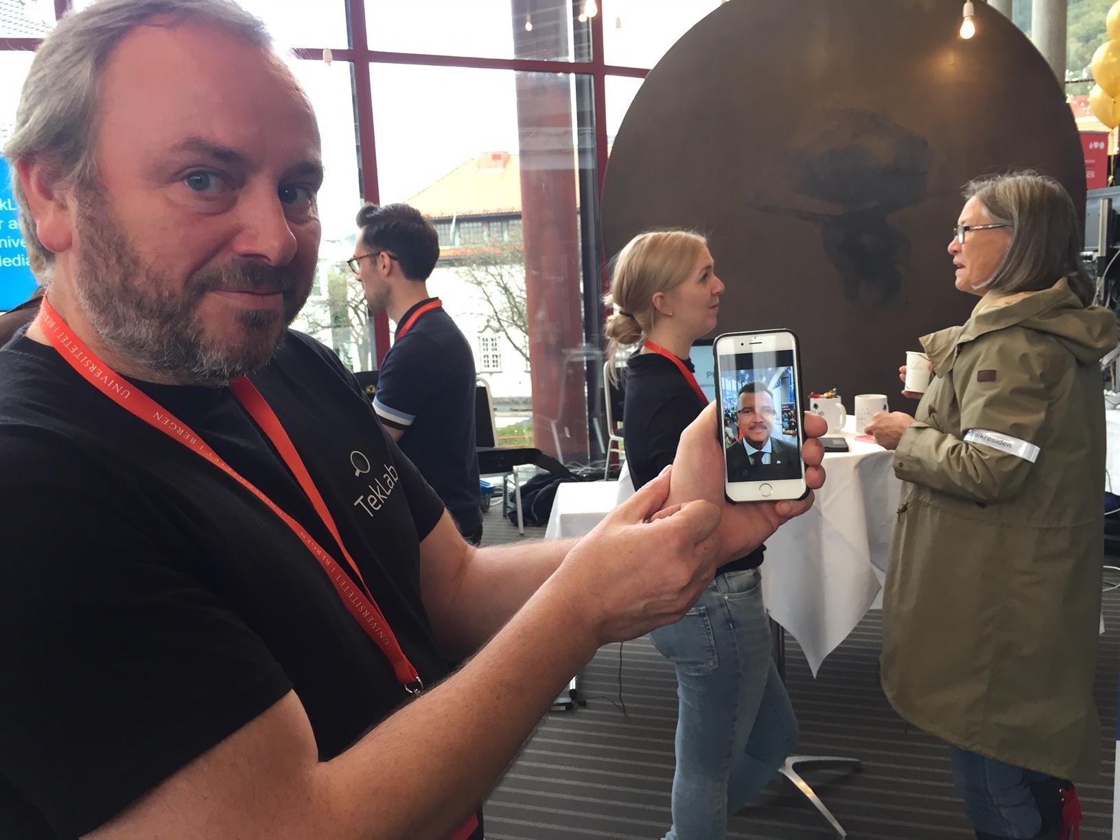 DEMONSTRATING: ViSmedia researcher Lars Nyre, showing people the app Prosopo. In the background, master student Camilla Mjøen Lien. (PHOTO: Astrid Gynnild/ViSmedia)