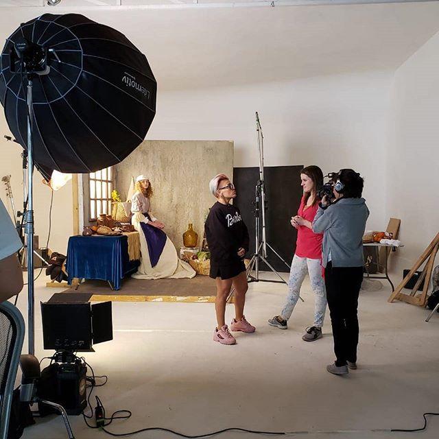Hoy estuvimos en @estudiofe con la seca @javieyzaguirre conversando sobre retratos, la importancia de la dirección de arte y la iluminación. Quieres saber más? Muy pronto la entrevista!  #camaradictos #fotografia #iluminacion