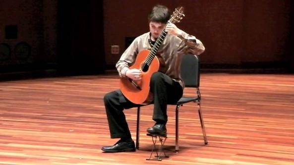 """O músico norte-americano Xavier Jara foi o vencedor do Concurso Internacional de Guitarra de Viseu, que se realizou este ano pela primeira vez, anunciou hoje a Câmara.  Ao conquistar o primeiro lugar do concurso, Xavier Jara obteve um prémio de seis mil euros e a garantia da participação em dois concertos: um no Festival de Música da Primavera de Viseu do próximo ano e outro no 40.º Festival de Guitarra Kaspar Mertz, em Bratislava.   Em segundo lugar ficou o guitarrista Bogdan Mihailescu, da Roménia, enquanto o terceiro lugar foi partilhado por Marko Topchii, da Ucrânia, e Jérémy Peret, de França.  O júri da iniciativa era constituído por Danijel Cerovic e Goran Krivokapich (Montenegro), Judicaël Perroy (França), Margarita Escarpa (Espanha), Paula Sobral, Pedro Rodrigues e José Carlos Sousa (Portugal).  O concurso contou com 23 concorrentes de 16 nacionalidades, nomeadamente Portugal, Japão, Roménia, Espanha, Ucrânia, França, Alemanha, Chile, Coreia do Sul, Israel, México, Inglaterra, Polónia, Itália, Eslováquia e Estados Unidos da América.  """" A ideia foi tentar trazer para dentro do festival mais actividades que o pudessem enriquecer e dar-lhe uma dimensão internacional. O festival já ia tendo alguns músicos que convidávamos, mas apenas para concertos e 'masterclasses '"""", explicou à agência Lusa José Carlos Sousa, director do Conservatório Regional de Música.  O presidente da autarquia, Almeida Henriques, acentuou a importância da internacionalização do Festival de Música da Primavera, este ano com o concurso de guitarra e, em 2015, com outro de piano."""