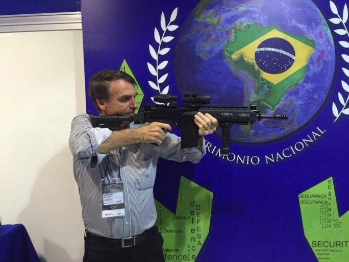Bolsanaro disparando