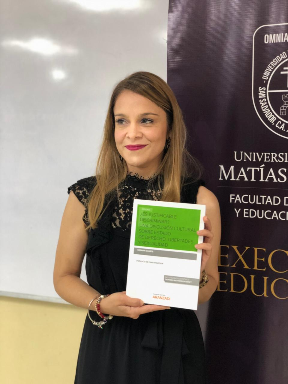 Dra. Lidia Castillo estuvo a cargo del evento, recibiendo una copia del libro.