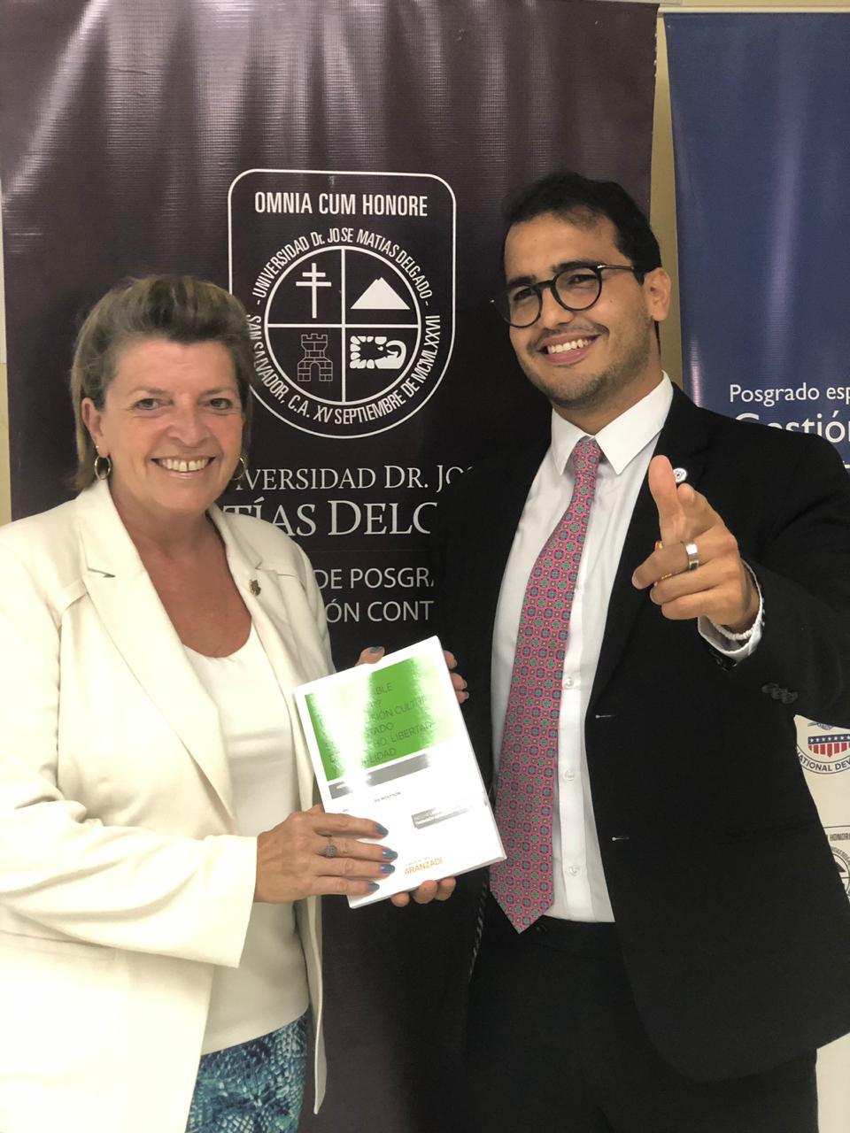 La honorable embajadora de Canadá, recibe el libro de manos de Herman Duarte, autor y fundador de la Fundación y Hduarte Legal