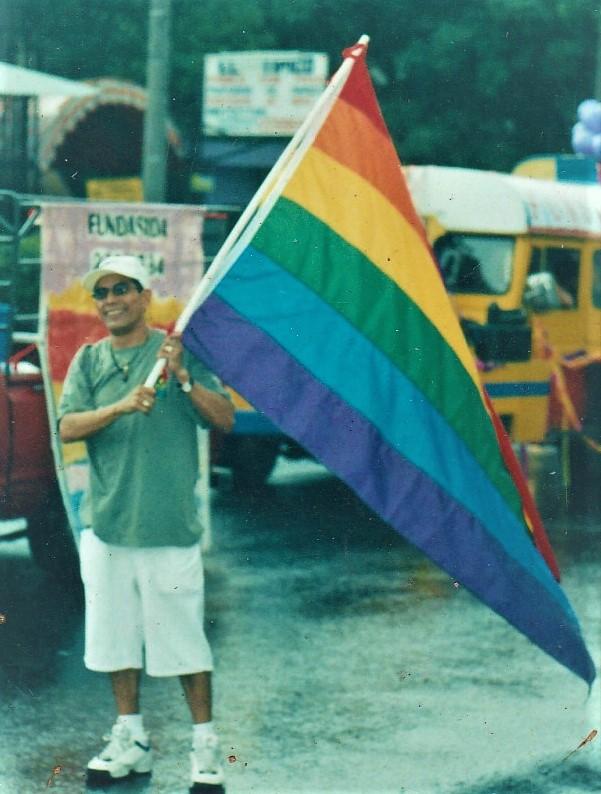 Fotografía de Wilfredo Valencia Palacios en la Marcha del Orgullo Gay-Lésbico del año 2000. Cortesía de Francisco Ortiz-Fundasida.