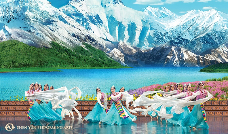 Lead dancer Melody Qin (middle) in Celebrating the Divine during the 2016 Shen Yun World Tour.© Shen Yun Performing Arts.