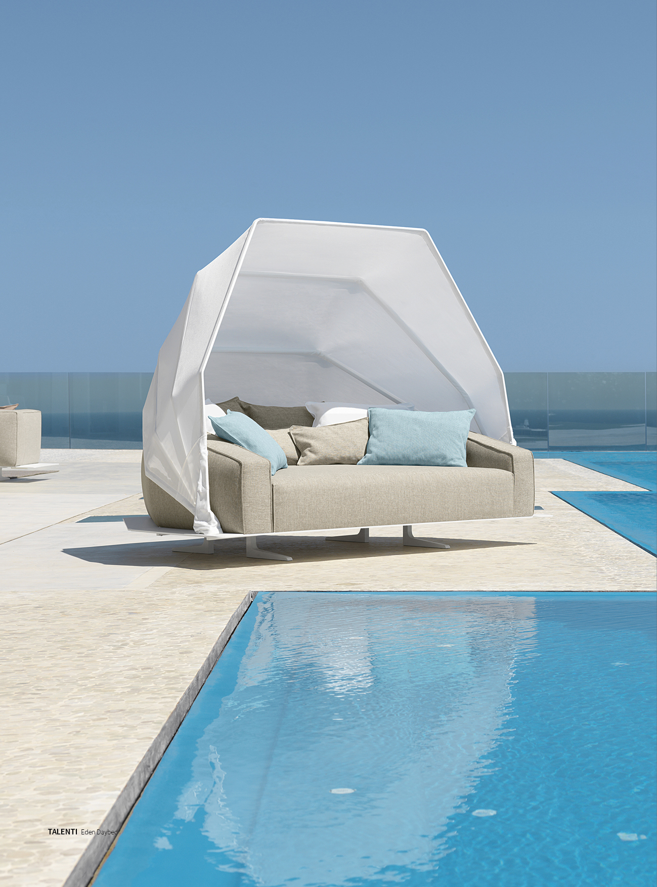 This versatile contemporary daybed from TALENTI, with hydraulic canopy allows you to easily adjust to the position of the sun for maximum shading. 