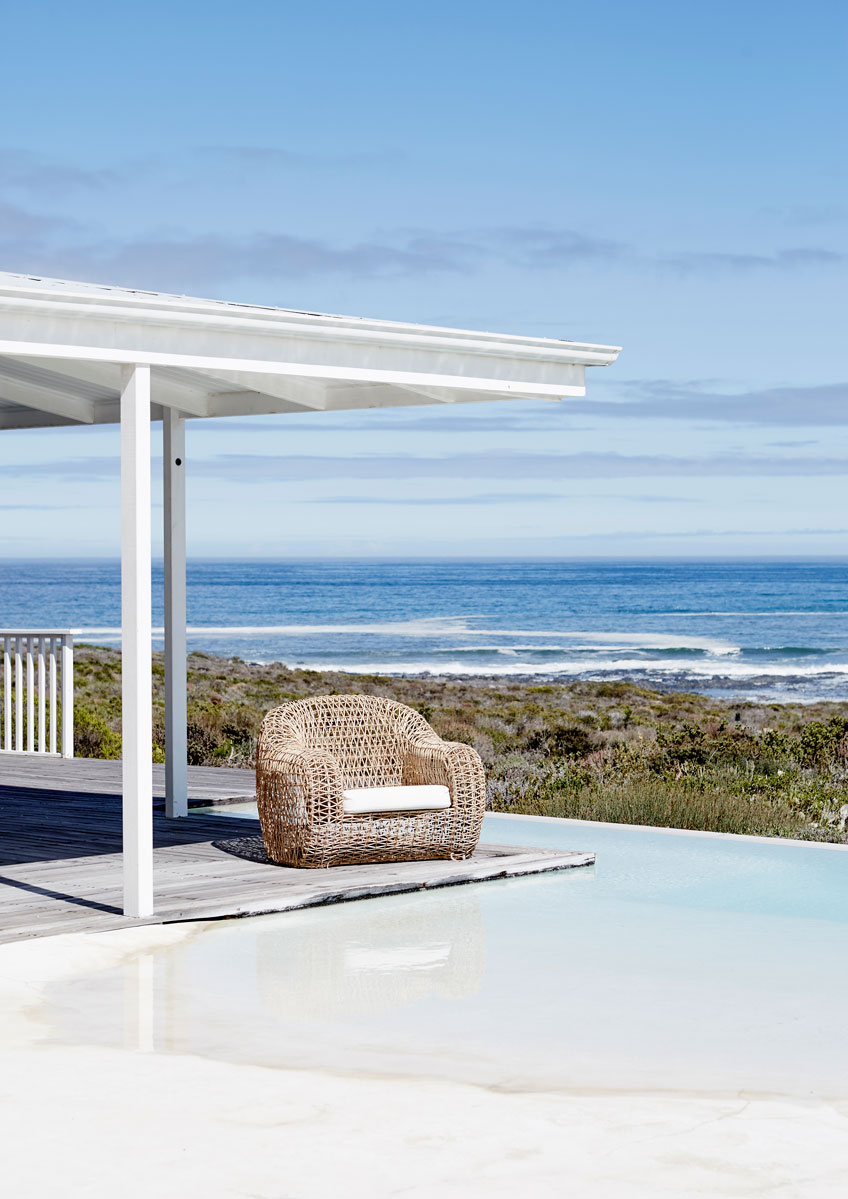 The unique pool with rim flow seamlessly merges with the sea, sky and scenery.