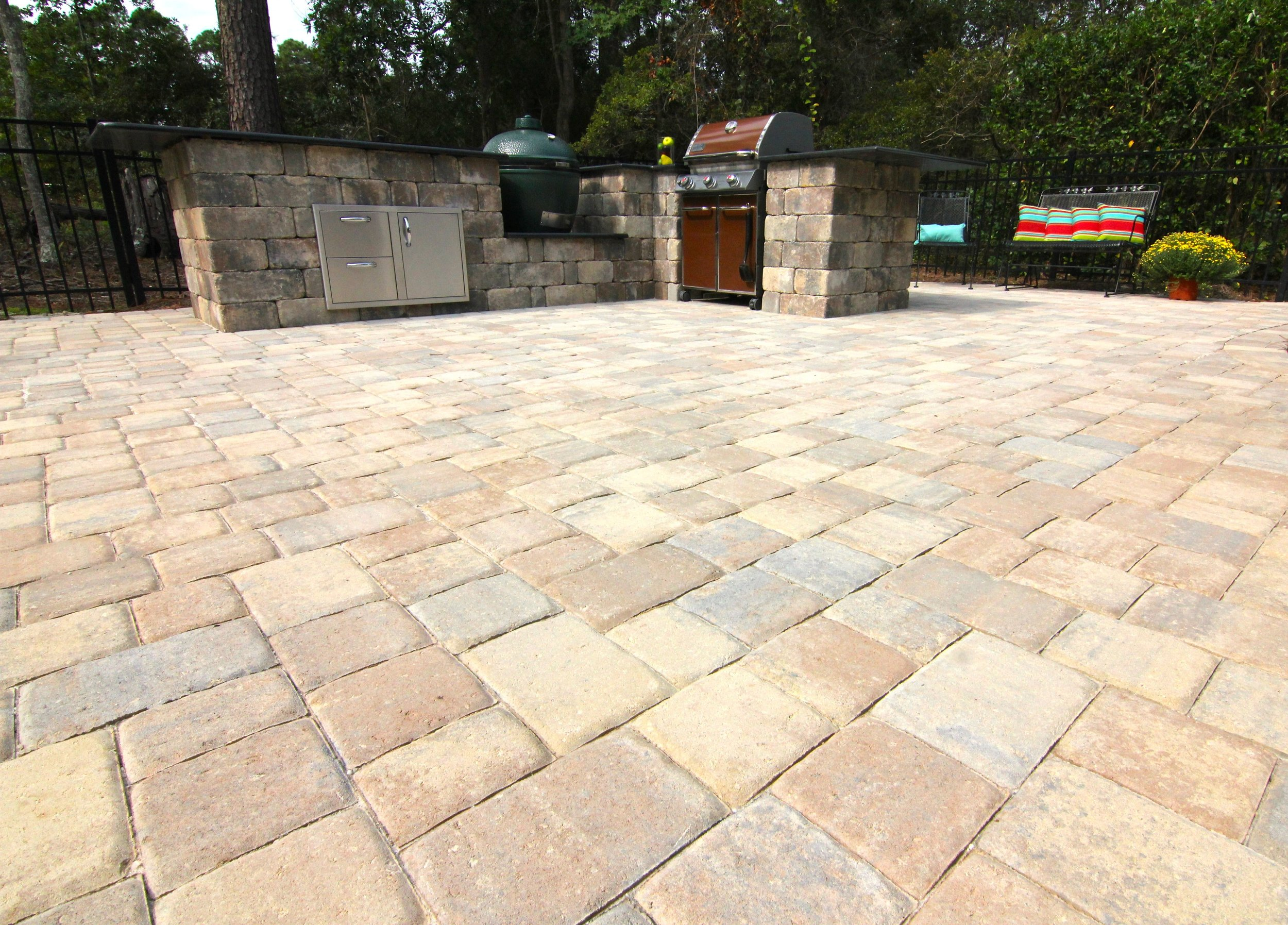 This Tremron,  Olde Towne Sierra  paver patio design is the ultimate in entertainment! With it's custom outdoor grilling station - get ready to entertain all year around!