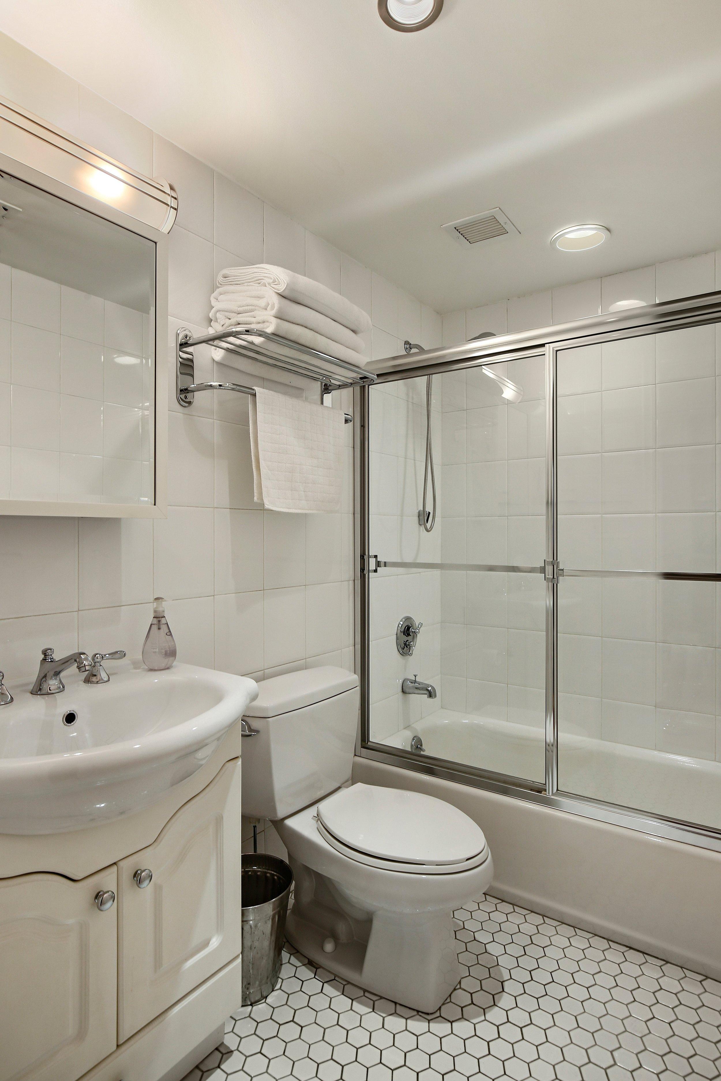 8_39211thStreet_2B_8_Bathroom_HiRes.jpg