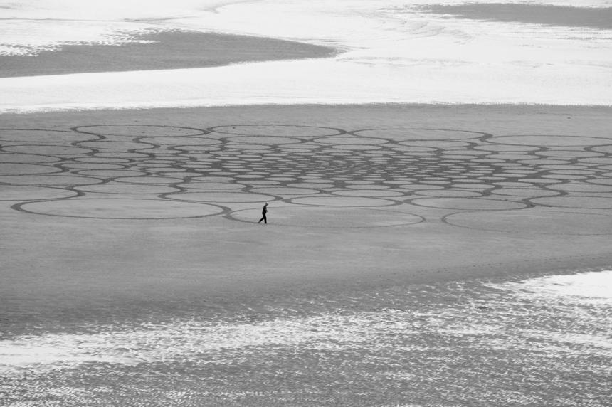 - Denevan hace obras esculturales armado de un palo y de un rastrillo. Traerle a Mundaka, un estuario frágil que se ha visto amenazado por la intervención del hombre en su delicado equilibrio, era una manera de llevar la atención de los surfistas al arenal, y del público general a este fantástico lugar.