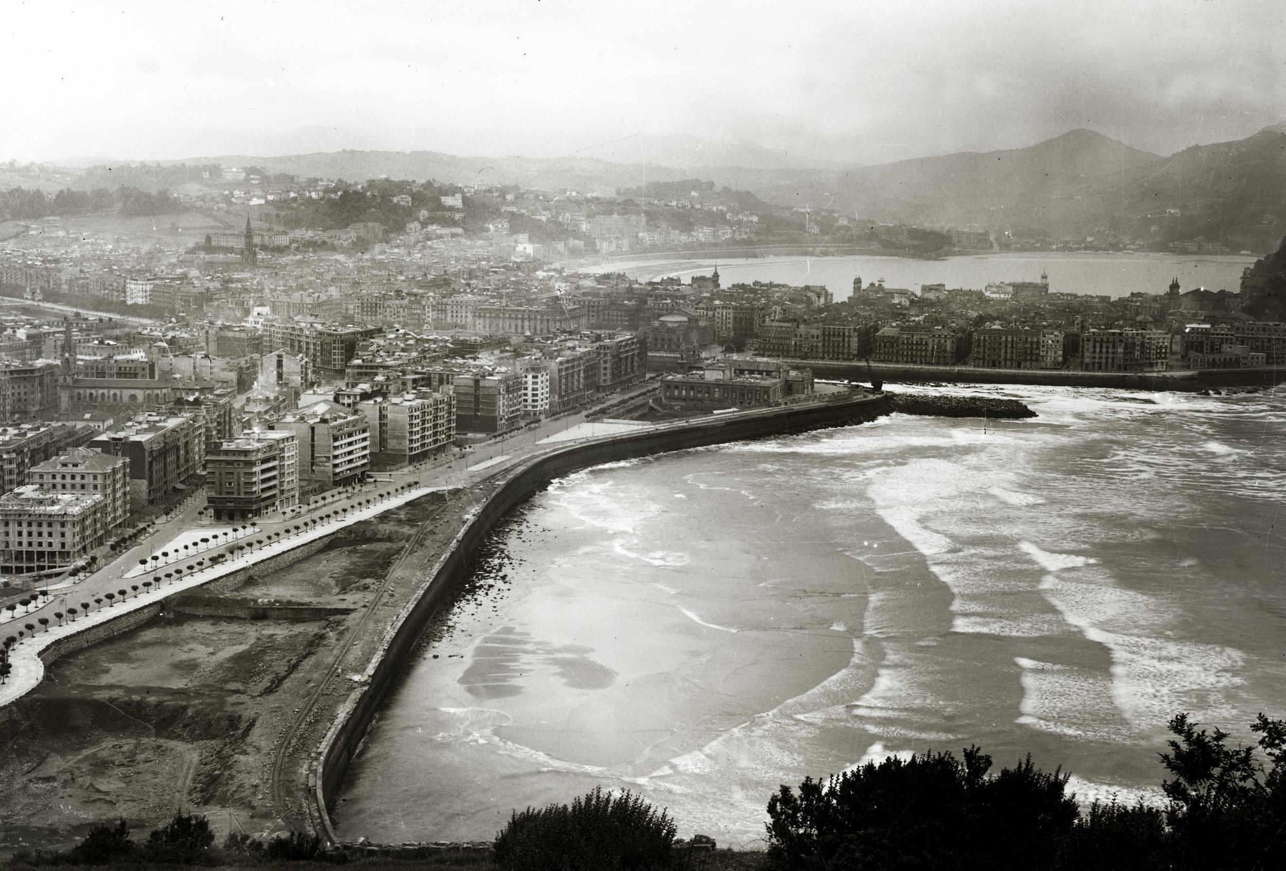 Antigua playa de Gros (San Sebastián). Ricardo Martín, Kutxa Fototeka  El resto de las fotos de este post son de Roke. Foto portada: Central de Lemoniz ©Roke