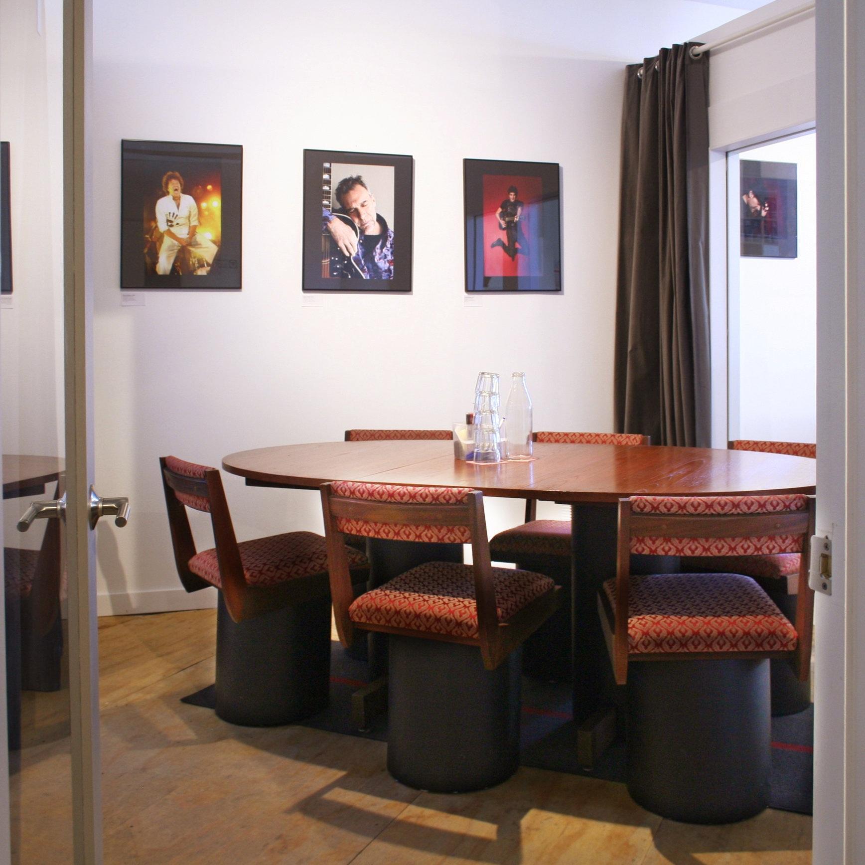 Salle 1 - La Laurentienne - Espace de réunion convivial pouvant accueillir jusqu'à 8 personnes20 $/h ou 120 $/jourVous prévoyez une demi-journée ou une journée complète de boulot ? Demandez pour qu'on vous prépare des paniers-déjeuner ou des boîtes-à-lunch du midi.