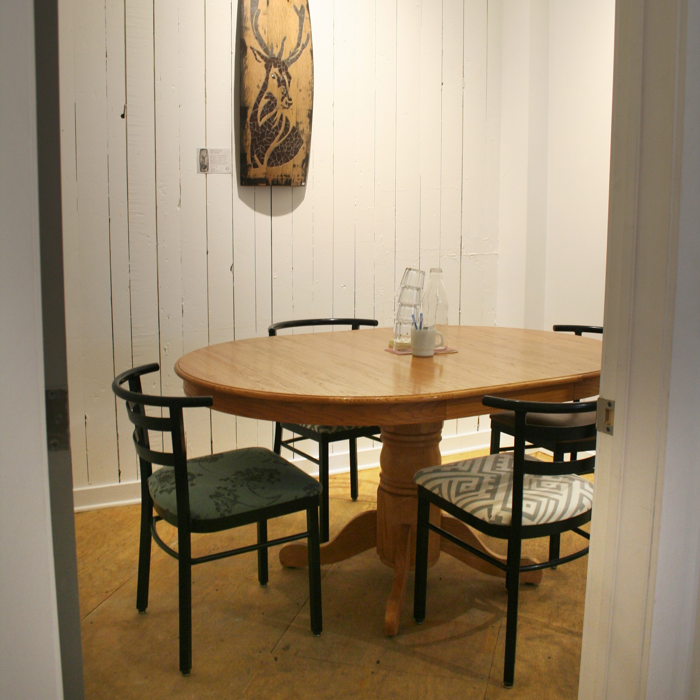 Salle 2 - La Boréale - Espace de réunion convivial pouvant accueillir jusqu'à 4 personnes12 $/h ou 72 $/jourVous prévoyez une demi-journée ou une journée complète de boulot ? Demandez pour qu'on vous prépare des paniers-déjeuner ou des boîtes-à-lunch du midi.