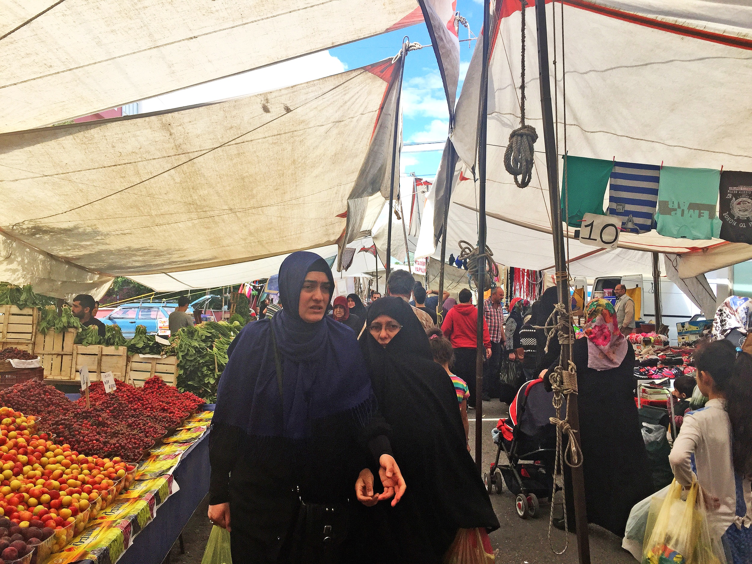 The marketplace in Sultanbeyli offers a place for social and economic integration of refugees, Turks, and other migrants in the neighborhood. Photo by author, 2017.