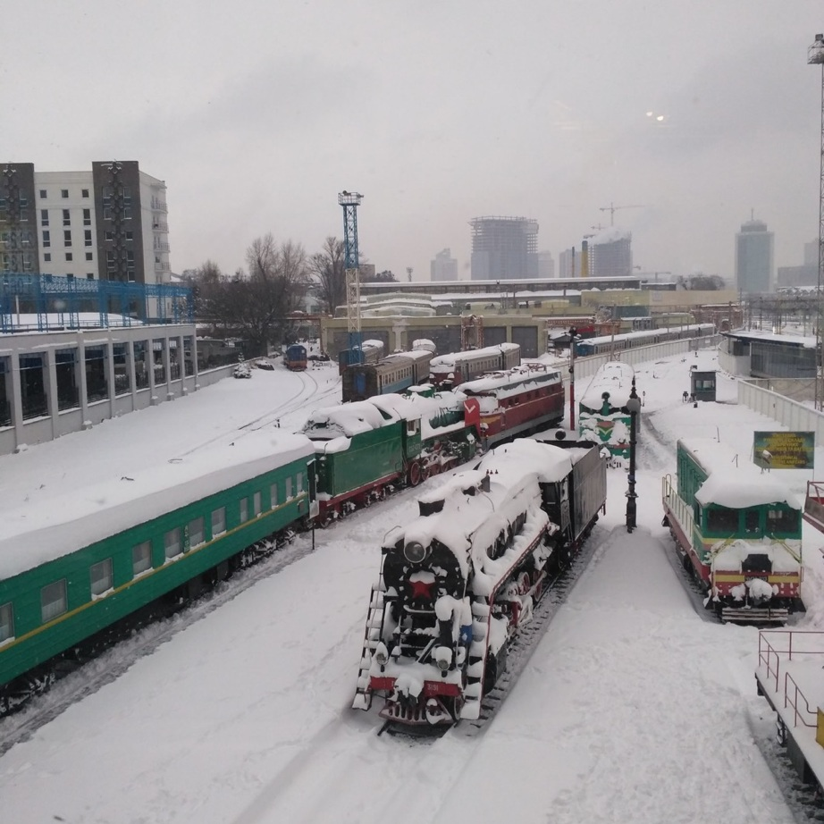 Kyiv Railway Station, view from the bridge. Photo by Yuliia Kabanets.