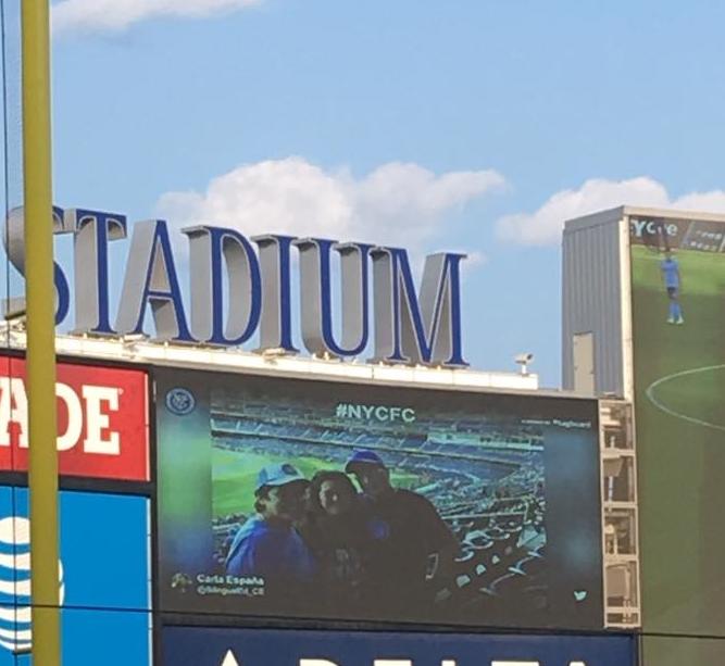 con mamá y papá este verano en un partido de NYFC (sí estamos en el estadio de los Yankee porque no tenemos nuestro propio estadio) / with mom and dad this summer at an NYCFC game (yes we are at Yankee Stadium because we don't have our own stadium)