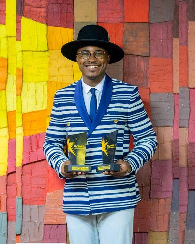 """Félicitations à @dimples_man pour ses deux superbes prix — dans les catégories """"Influenceur Food"""" et """"Prix spécial coup de coeur @tv5monde Afrique"""" — lors de l'événement @adicomdays à Abidjan les 22 & 23 mars dernier et tout ça habillé en Fekhanti 🕺🏽 On est fiers de toi, le meilleur reste à venir 💙  Le blazer croisé ÄLBATROS ✨ bientôt en rupture de stock sur notre site internet (lien dans la bio). Ps: ne ratez pas le passage de Moulaye sur @tv5monde en direct le lundi 1er avril à 22h.  #Fekhanti #MadeinAfrica"""