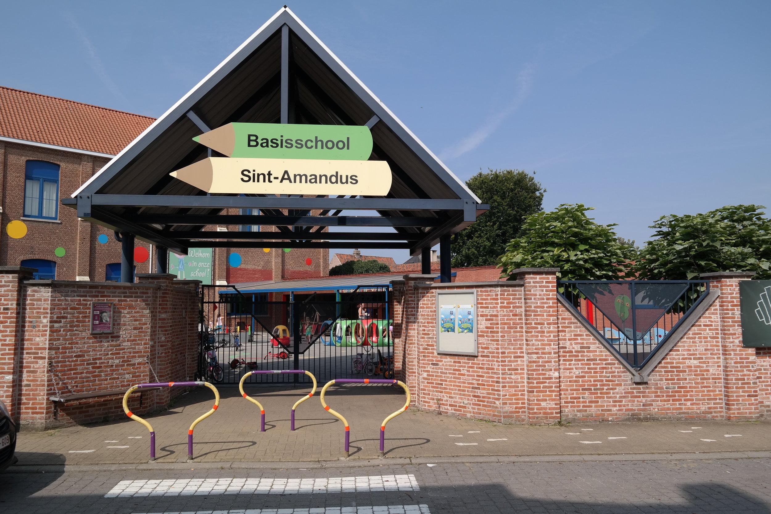"""""""de schoolpoort""""  L. Van Hoeymissensstraat"""