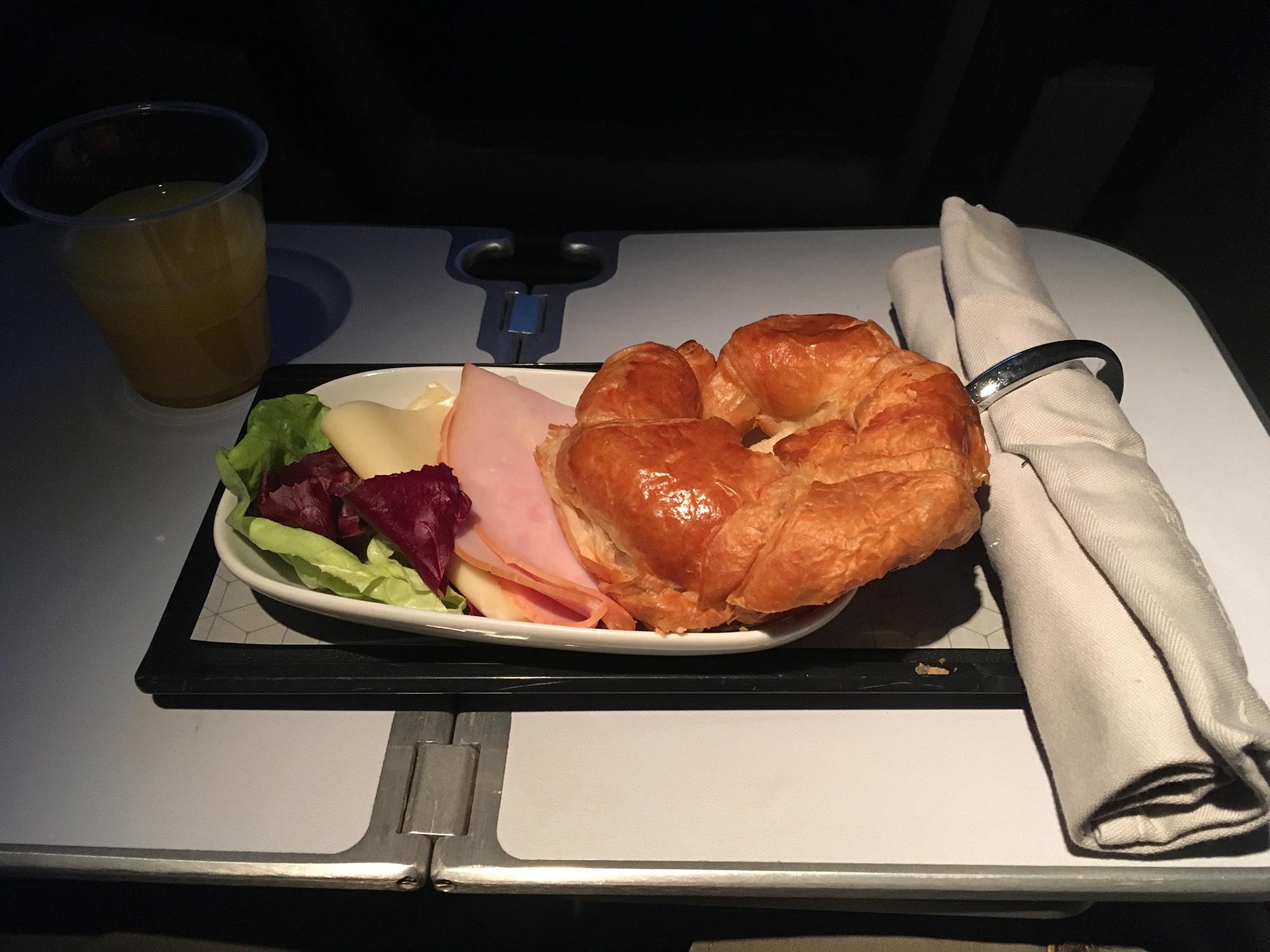 Icelandair snack/breakfast on YVR-KEF flight segment.