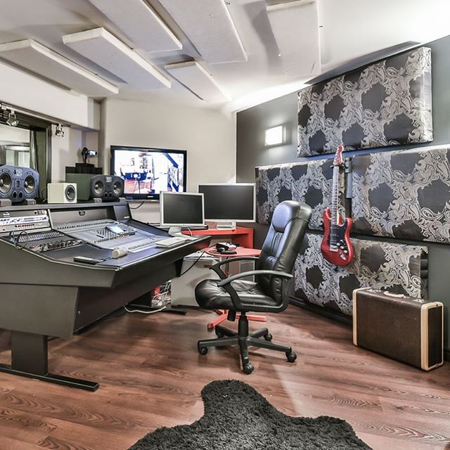 Having a spacious basement? Why not adding a professional recording studio in your basement? 📸 by @studiogta_realestatemedia 647.300.0315
