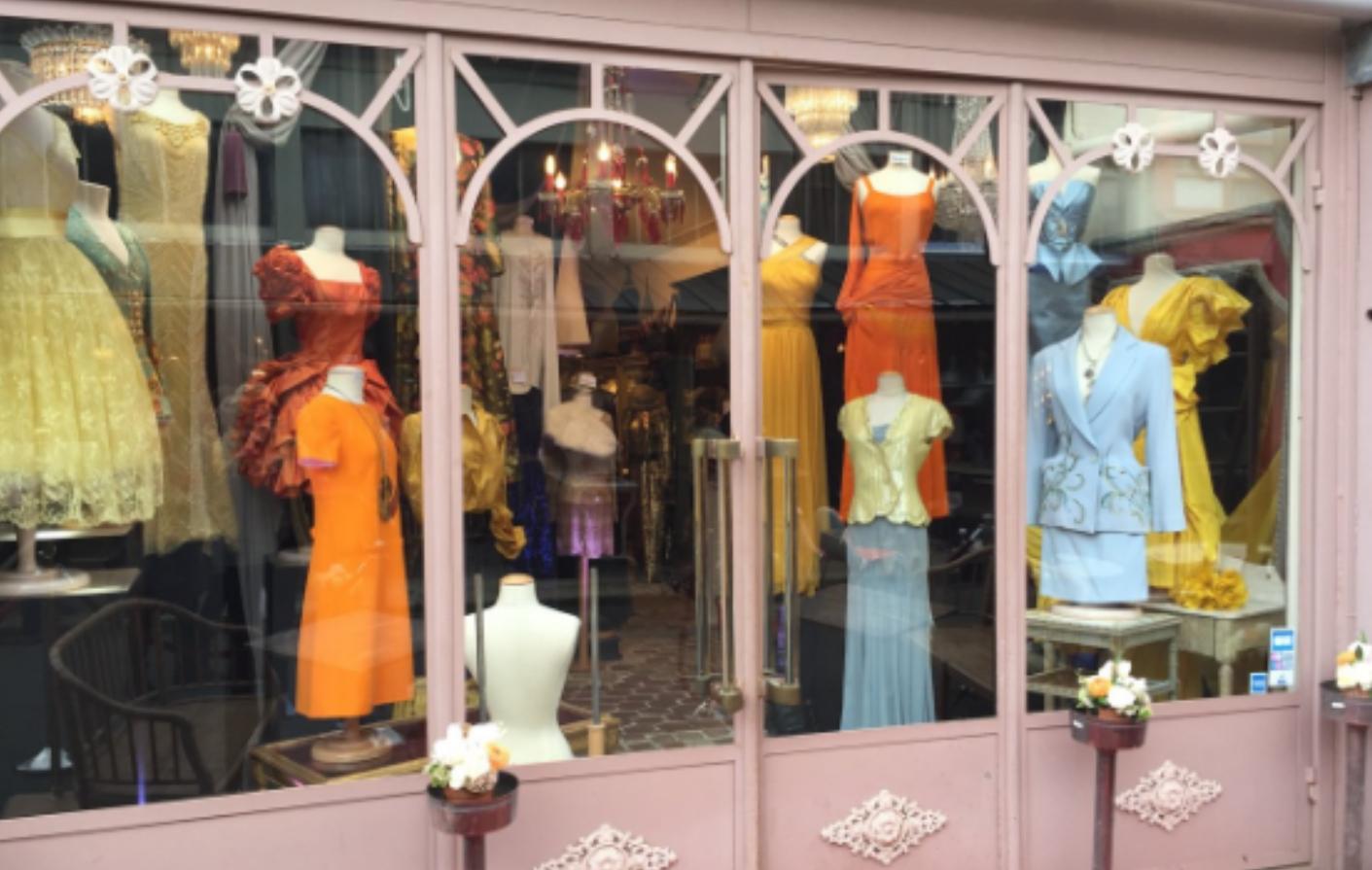 A vintage fashion boutique at Marché aux Puces de Clignancourt. Image courtesy of Google.
