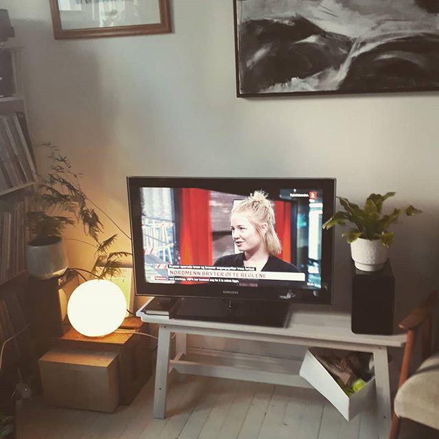 ***TV-alarm*** 📺📺 Ble spurt om å uttale meg om hvorfor folk ser ut til å ikke bry seg om regler og sperringer i disse dager. Se svaret mitt på @tv2norge, både fra studio og ute ved gangbrua fra Sukkerbiten på 21-nyhetene. #tv2 #nyhetskanalen #spørenantropolog @tv2norge @tv2sumo #antropologitilfolket #byantropologene #habeo #folk #sosialantropolog #antropolog