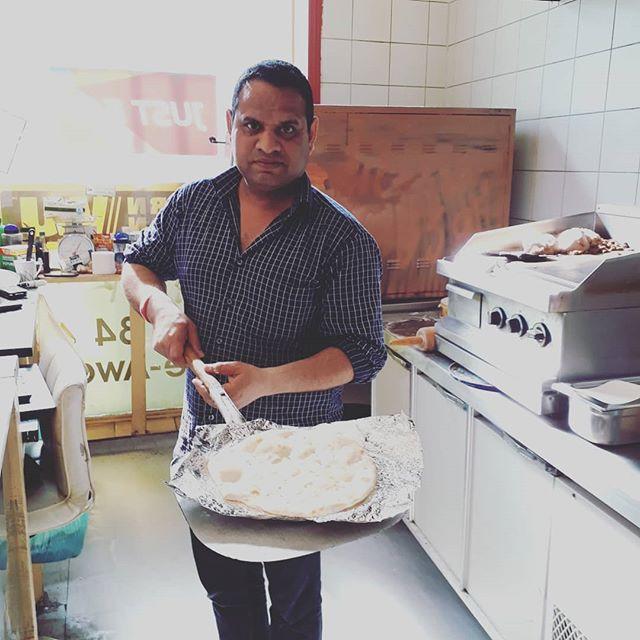 Trivelige Ahmed som driver Picasso Pizza på hjørnet i Sannergata lager også indisk mat, selv om det ikke står på menyen! I går kjøpte vi pizza og Ahmed tilbød seg å lage vegetarisk chana masala til oss gratis idag, for å prøve. Her er han med hjemmelaget nanbrød rett ut av ovnen, midt oppi at han selv har seks timer igjen før han kan spise pga ramadan. Jeg legger meg flat og kan bare anbefale sjappa hans på det varmeste. Både pizzaen og masalaen, og de hyggelige samtalene! #oslo #oslove #picassopizza #picazzopizza #sannergata #løkka #nanbrød #indiskmat #pizza #grünerløkka