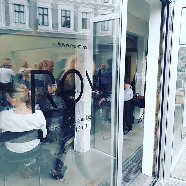 HABEO er på @hurtigpraksis sin debatt på Rom om tverrfaglighet i utviklingen av gode byrom! Brennaktuelt, og jeg håper antropologer og fremtidige arkitekter vil se det som naturlig å jobbe sammen fremover! #tverrfaglig#arkitektur #antropologi #byrom #byutvikling #bjørvika #barcode #humancentereddesign #medvirkning #oslo #byantikvaren #operaen
