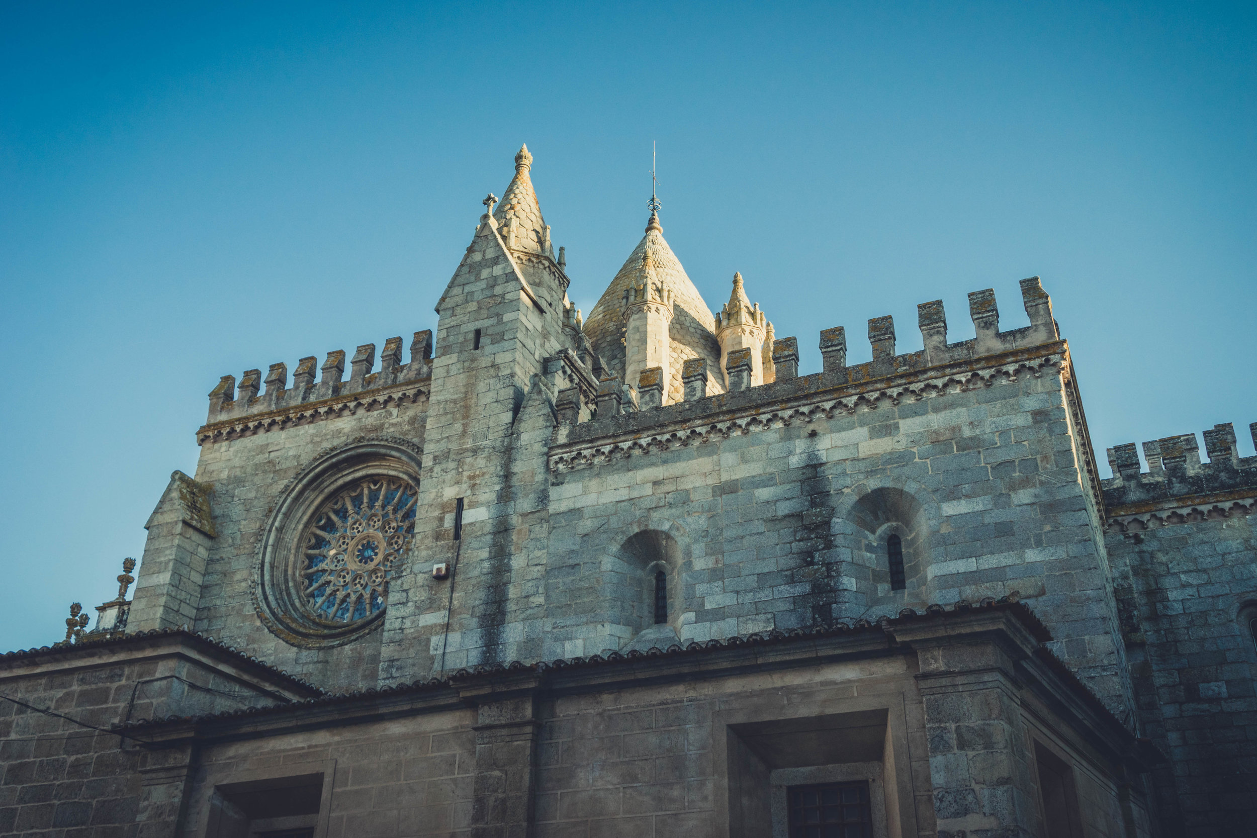 Cathedral of Évora. Evora. Roman Ruins. Portugal. Alentejo. Piliers. Roman city. ancient roman town. Blue sky. travel. adventure. history. historical. wine. architecture.jpg